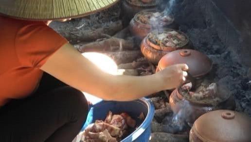 """70岁老人卖""""罐子肉"""",用柴火炖2小时,生意火,不预约吃不上"""