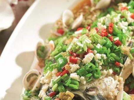 山椒白贝蒸鲫鱼,柠檬泡椒虾,蒜香回锅排骨这几道家常菜的做法