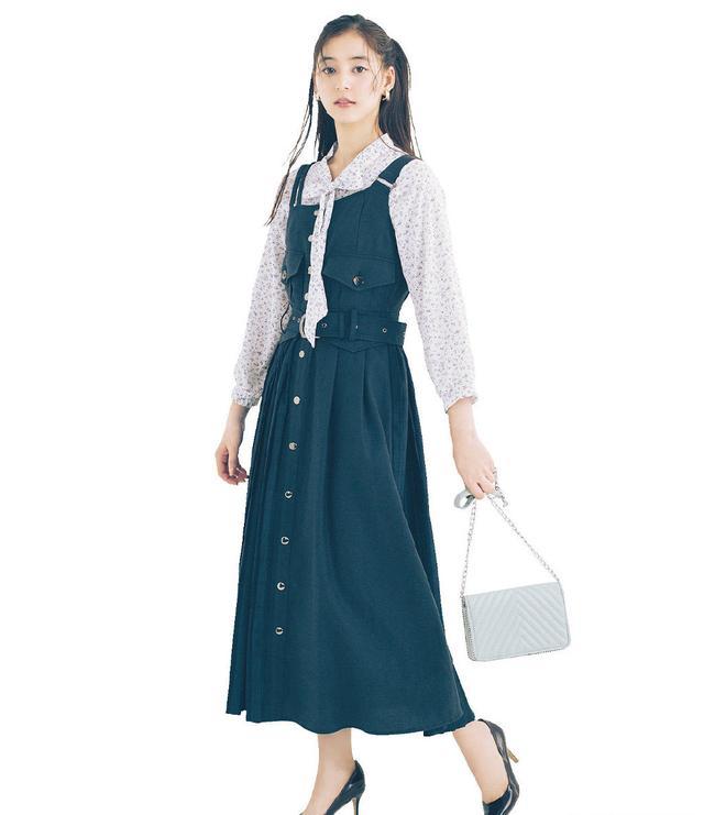 """她被称为""""日本第一美颜"""",穿碎花衬衫搭背带裙,文艺又减龄"""