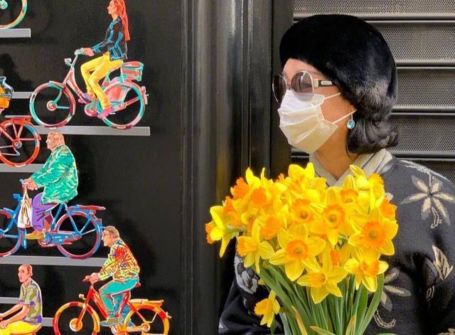 金星现身巴黎街头,魅力十足被人送花,却因口罩戴反遭吐槽