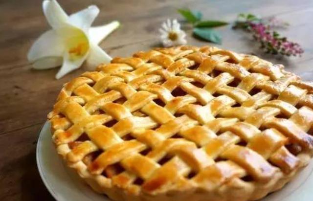 苹果派吃着满满的果香味,喝着下午茶,吃着苹果派实在是太惬意了