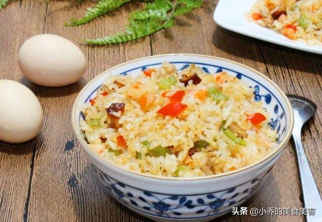 一个中国人做蛋炒饭的视频,在国外引起网友热议,评论区真热闹