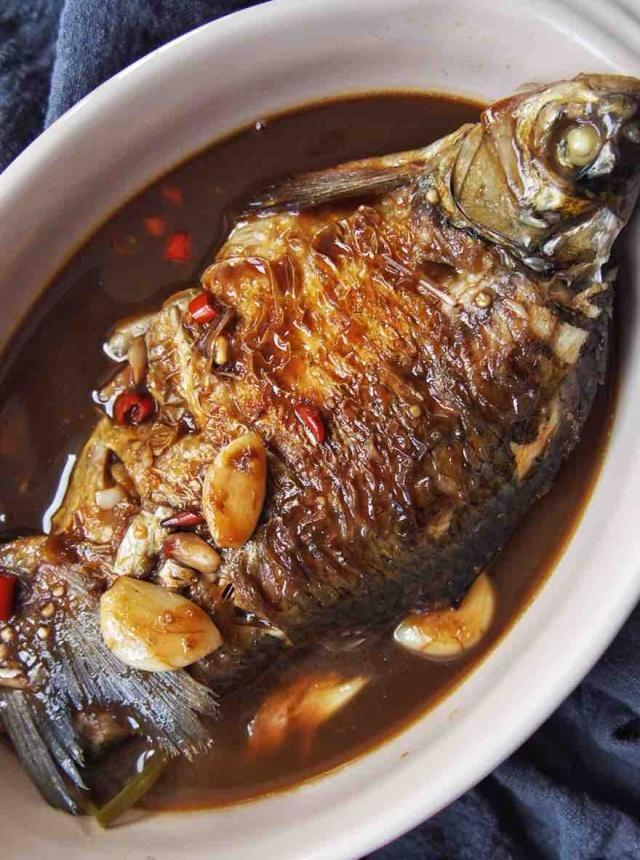 婆婆这么做红烧鱼,不加一滴水还特香,一点都不腥,鱼肉特嫩
