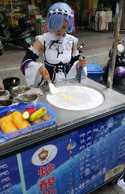 双叶杏漫头,中国人cos雷姆卖炒酸奶,日本人cos双叶杏卖章鱼烧,生活太难了