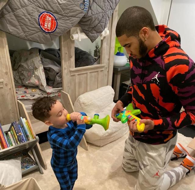 年轻老爸与萌娃,塔特姆发布在家陪儿子玩耍的图片