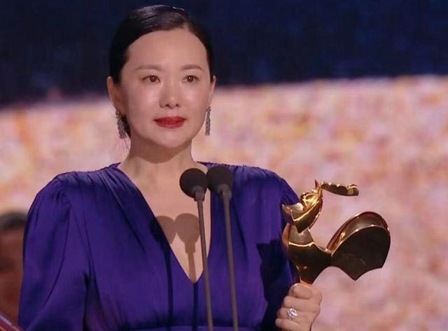 咏梅,49岁咏梅摘得影后桂冠,故意穿紫色长裙气场强大,果然一夜爆紫