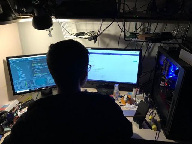 """制作电脑桌,程序员为摆脱腰椎疼,当起了木匠,DIY一套""""躺式""""办公桌"""