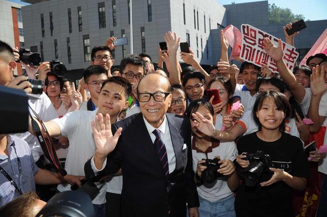 """李嘉诚支持华为,华人首富屡次被传""""跑路"""",却帮华为走向海外,拿下200亿5G订单"""