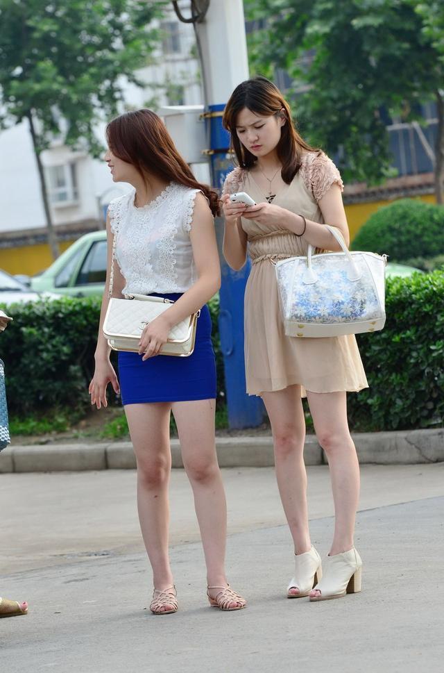 公交站台街拍丰满熟女紧身包臀短裙很性感 街拍熟女 第5张
