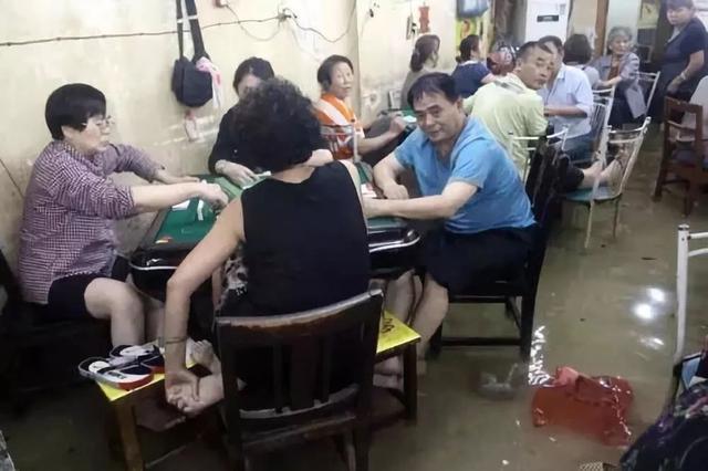 四川人到底多爱打麻将,地震了都还在抓牌...
